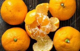 小小金坛子,装着金饺子,吃掉金饺子,吐出白珠子(打一水果)谜底及原因